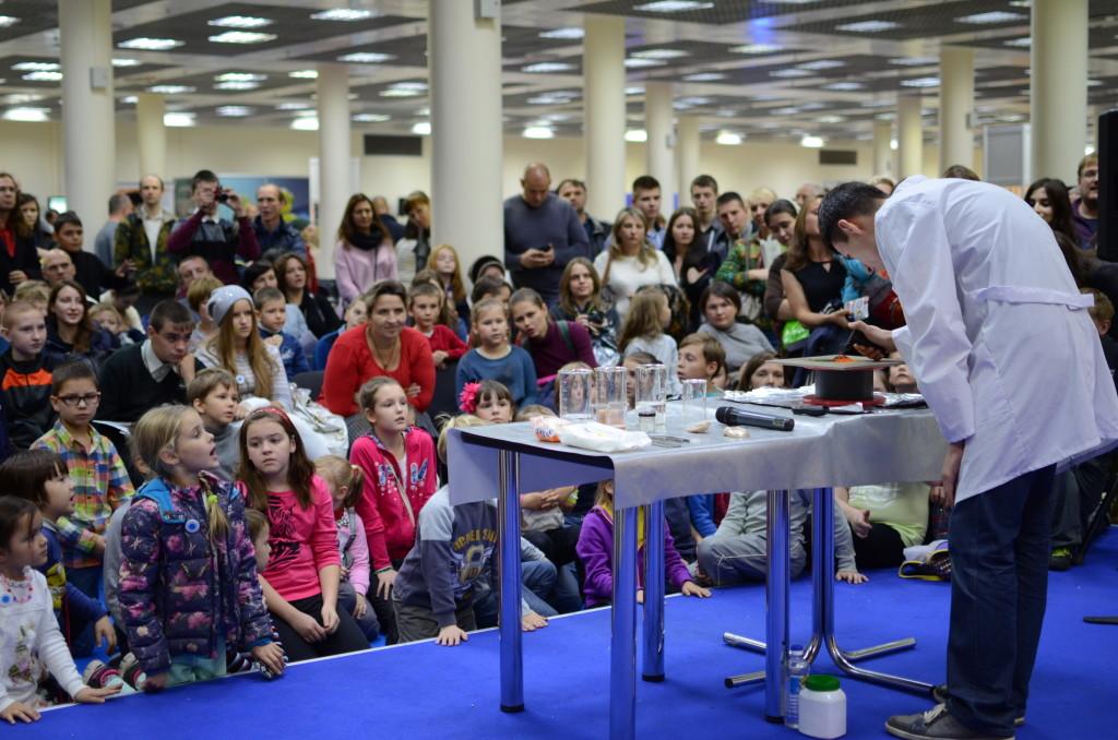 Сотни детей увидели шоу НЦ «Техноспарк» на Фестивале Науки