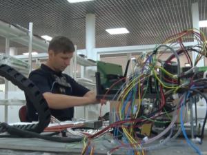 Сотрудники TEN Fab тестируют экзоскелет для повышения производительности